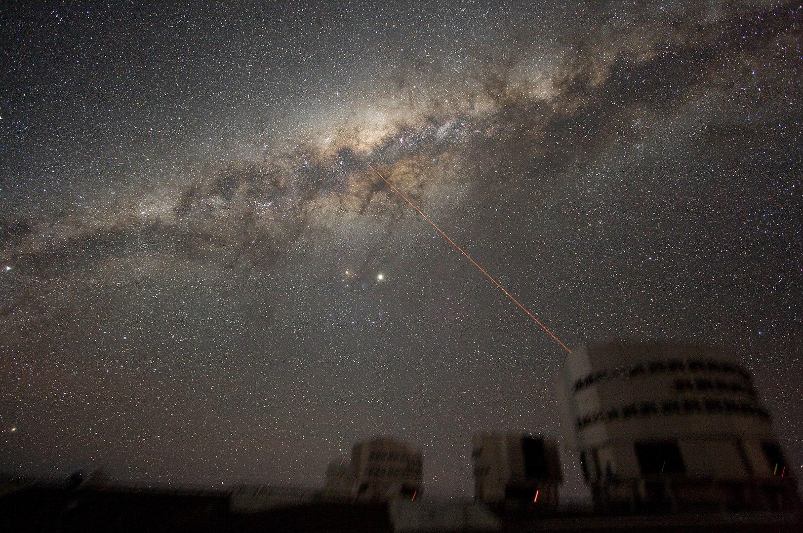 Very Large Telescope (VLT) com um laser apontado para Sagittarius A*.