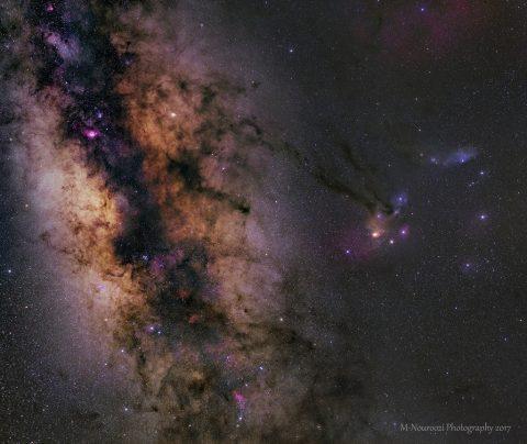 A faixa de estrelas brilhantes da Via Láctea é preenchida de nebulosas escuras que bloqueiam seu brilho.